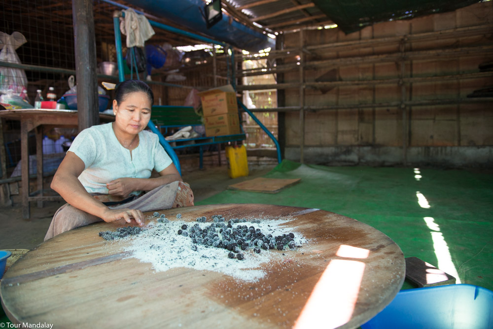 A lady coats the 'Salay Zithi' with sugar before packaging